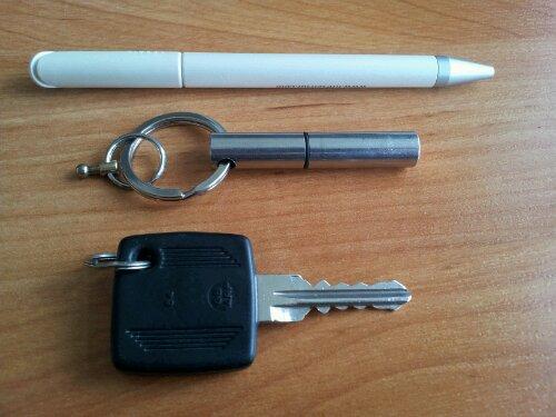 Größenvergleich zwischen Stift mit Silbermine, Autoschlüssel und Kuli